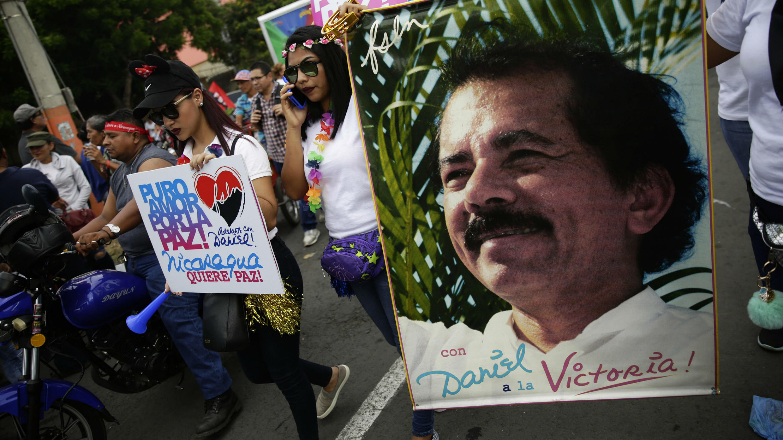 Simpatizantes sandinistas portan cartel en apoyo a Daniel Ortega durante manifestación en Managua. 7 de julio de 2018.