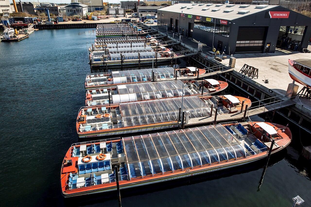 Los barcos de la compañía de turismo Stromma Canal Tours Copenhagen se encuentran en el muelle del puerto de Copenhague durante el cierre del gobierno para prevenir el virus Covid-19, en Copenhague, Dinamarca, el 8 de abril de 2020.