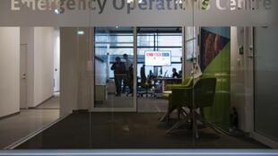 Personal del Centro de Operaciones de Emergencia del Centro Europeo para la Prevención y el Control de Enfermedades (ECDC) se ocupan del nuevo coronavirus, el 3 de marzo de 2020 en Solna, Suecia