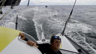 """Le skipper Charlie Dalin, à bord de son monocoque """"Apivia"""", le 19 juin 2020 au large de Port-la-Forêt"""