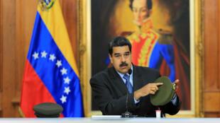El presidente venezolano Nicolás Maduro muestra una de las gorras afectadas por el ataque del sábado. 7/8/18