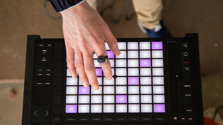 La bague connectée de la start-up française Enhancia permet d'ajouter des effets sonores à un instrument.