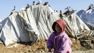 طفل سوري أمام خيمة في مخيم للنازحين شمال غرب مدينة دير الزور في 10 كانون الثاني/يناير
