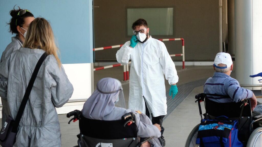 El personal médico verifica a los pasajeros que llegan al aeropuerto internacional Leonardo Da Vinci de Roma, Italia, el miércoles 8 de julio de 2020.