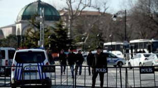 La police évacue la place Sultanahmet, à Instanbul, où a eu lieu une explosion meurtrière le 12 janvier 2015.