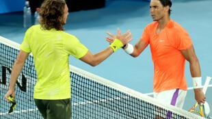 Stefanos Tsitsipas (izq) y Rafael Nadal se saludan al término del partido de los cuartos de final del Abierto de Australia disputado el 17 de febrero de 2021 en Melbourne