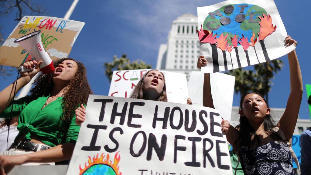 Los estudiantes asisten a una manifestación de protesta para pedir medidas urgentes para frenar el ritmo del cambio climático, en Los Ángeles, California, EE.UU., el 15 de marzo de 2019.