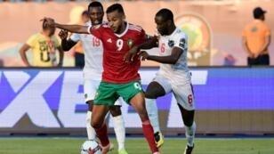 مهاجم المغرب سفيان بوفال يسيطر على الكرة وسط مراقبة من لاعب ناميبيا بتروس شيتيمبي خلال لقاء الفريقين في كأس الأمم الأفريقية 23 يونيو/حزيران 2019