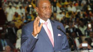 Le président guinéen Alpha Condé prête serment le 14 décembre 2015 pour son deuxième mandat.