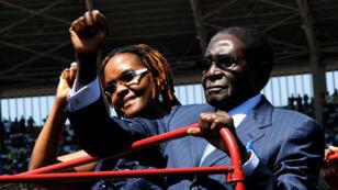 Le président zimbabwéen Robert Mugabe et son épouse,  Grace, lors de sa cérémonie d'investiture, le 22 août 2013 à Harare.