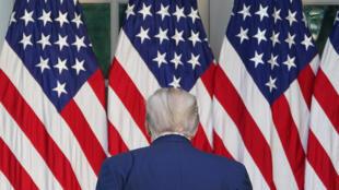 الرئيس الأميركي دونالد ترامب عائداً إلى مكتبه في ختام مؤتمره الصحافي اليومي في حديقة الورود في البيت الأبيض بشأن تطوّرات فيروس كورونا المستجدّ في البلاد في 15 نيسان/أبريل 2020.