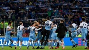 لاعبو لاتسيو يحتفلون بعد احراز لقب كأس ايطاليا بالفوز في النهائي على اتالانتا، روما في 15 ايار/مايو 2019