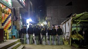 Les forces de sécurité montent la garde à proximité du site de l'explosion, le 5 janvier 2019.