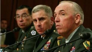 الجنرال جيفري ميلر في مقدمة الصورة