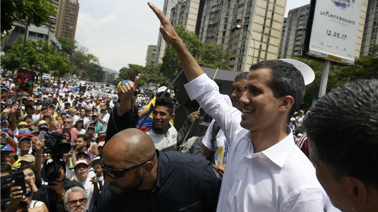 Juché sur un véhicule équipé d'enceintes, Juan Guaido s'est adressé à la foule à Caracas, le 1ermai2019.