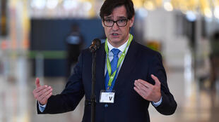 El ministro Salvador Illa habla ante la prensa en el aeropuerto de Barajas, el 20 de junio de 2020 en Madrid, el día antes de que concluyera el estado de alarma decretado en España para combatir la pandemia del coronavirus