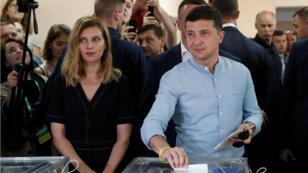 El presidente de Ucrania emite su voto junto a su esposa Olena en un colegio electoral para las elecciones parlamentarias en Kiev, Ucrania, el 21 de julio de 2019.
