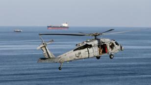 طائرة هليكوبتر أمريكية تحلق فوق مضيق هرمز، كانون الأول/ديسمبر 2018.
