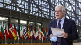 Josep Borrell, alto representante de la Política Exterior de la UE, comparece ante la prensa a su llegada a una reunión con los ministros de Exteriores del bloque, el 22 de febrero de 2021 en Bruselas