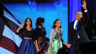 Obama et sa famille venus saluer leurs supporters à Chicago