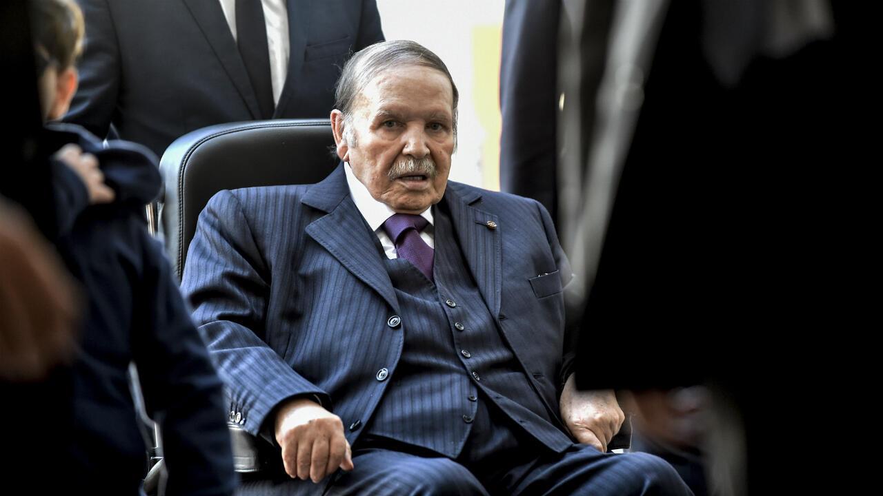Un comunicado de la presidencia argelina señala la renuncia del presidente, Abdelaziz Bouteflika, debido a las complicaciones en su salud.