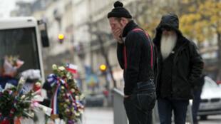 Le chanteur et le batteur des Eagles of Death Metal rendent hommage aux 90 victimes du Bataclan.