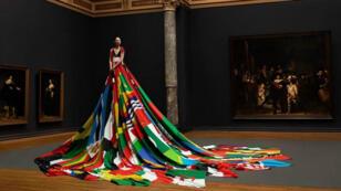 """La robe """"Pride"""" aux 72 drapeaux."""