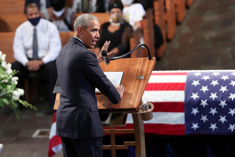 El expresidente Barack Obama, durante un servicio fúnebre del congresista y defensor de los derechos civiles, John Lewis, a las afueras de la iglesia Bautista Ebenezer, en Atlanta, Estados Unidos, el 30 de julio de 2020.