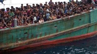 Un bateau de migrants venus de Birmanie, principalement des Rohingyas, accoste en Indonésie.