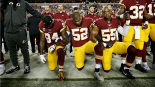 Des joueurs des Washington Redskins s'agenouillant pendant l'hymne américain, le 24 septembre 2017.