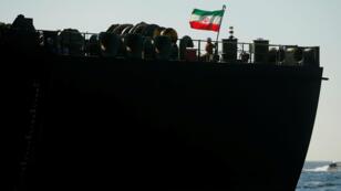 Un miembro de la tripulación levanta la bandera iraní en el petrolero iraní Adrian Darya 1, anteriormente llamado Grace 1, ya que está anclado después de que el Tribunal Supremo del territorio británico levantara su orden de detención, en el Estrecho de Gibraltar, España, el 18 de agosto de 2019