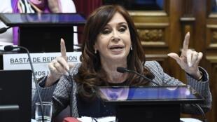 La sénatrice et ex-présidente Cristina Kirchner donne un discours au Parlement argentin, mercredi 22 août 2018.