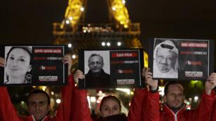 Une manifestation organisée par Reporters sans frontières à la Tour Eiffel, à Paris, le 1er novembre 2018.