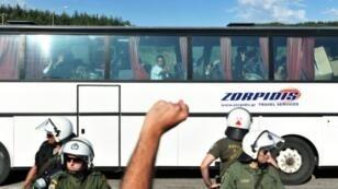 المهاجرون يغادرون مخيم إيدوميني بالحافلات