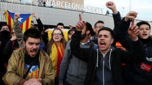 Seguidores del proceso independentista salieron a las calles para exigir la libertad de los políticos detenidos. Llaman a una manifestación el próximo 15 de abril