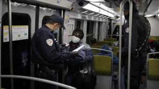 Des policiers effectuent des contrôles dans le métro parisien, le 15 mai 2020.