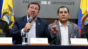 El ministro del Interior de Ecuador, César Navas (i), habla unto al ministro de Defensa de Ecuador, Patricio Zambrano (d), durante una rueda de prensa hoy, martes 27 de marzo de 2018, en Quito (Ecuador).
