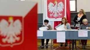 أعضاء لجنة الانتخابات يعملون بمركز اقتراع في جليفيتش، بولندا، 13 أكتوبر/ تشرين الأول 2019