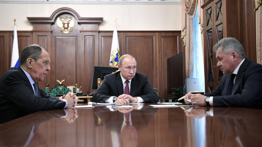 El presidente ruso, Vladimir Putin, se reúne con el ministro de Defensa, Sergei Shoigu, y el ministro de Relaciones Exteriores, Sergei Lavrov, en el Kremlin en Moscú, Rusia, el 2 de febrero de 2019.