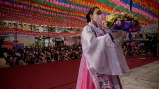 Unos fieles rezan por la sanación y para pedir que se supere la epidemia de coronavirus el 30 de abril de 2020, coincidiendo con el cumpleaños de Buda, en el templo Jogye