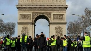 """محتجون في حركة """"السترات الصفراء"""" أمام قوس النصر في باريس في 9 فبراير/شباط 2019"""