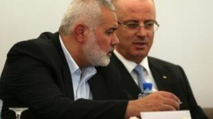 رئيس المكتب السياسي لحركة حماس اسماعيل هنية ورئيس الحكومة الفلسطينية رامي الحمد الله خلال اجتماع في غزة في الثالث من تشرين الأول/أكتوبر 2017
