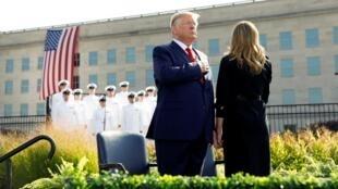 الرئيس الأمريكي دونالد ترامب وزوجته ميلانيا أمام مقر البنتاغون في فيرجينيا قبيل مراسم إحياء الذكرى 18 من هجمات 11 سبتمبر.