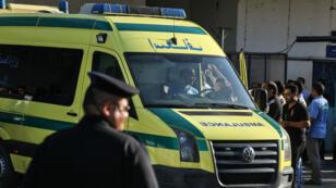 Une ambulance transportant les blessés dans un hôpital du Caire, après l'attaque d'un bus de coptes, le 26 mai 2017.