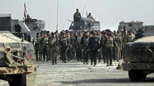 عناصر من القوات الخاصة العراقية في أحد أحياء الموصل التي تمت استعادة السيطرة عليها، في 27 ت2/نوفمبر 2016