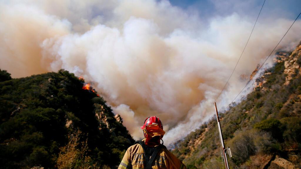 Los bomberos luchan contra el Woolsey Fire mientras continúa ardiendo en Malibu, California , EE. UU., el 11 de noviembre de 2018.