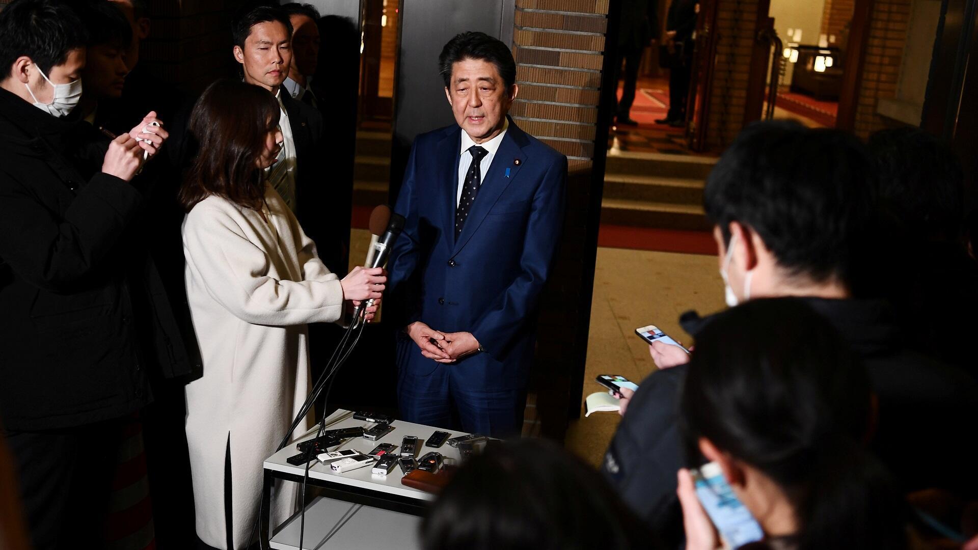 رئيس الوزراء الياباني شينزو آبي متحدثا للصحافيين حول تأجيل أولمبياد طوكيو، 24 مارس/آذار 2020.
