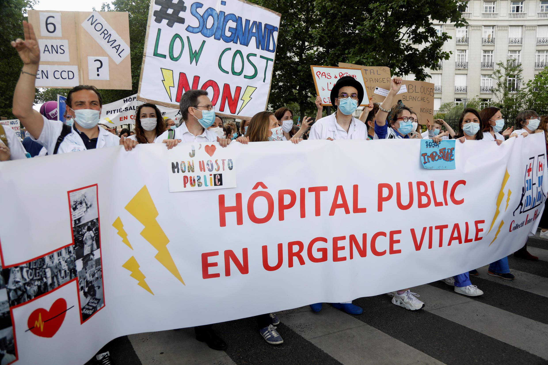 Des soignants manifestent à Paris, le 16 juin 2020.