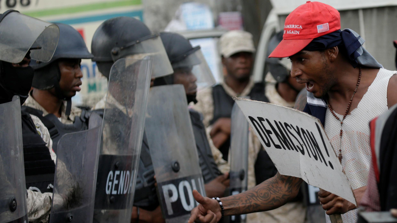 Un manifestante grita frente a un grupo de policías durante la protesta por la escasez de combustible en Puerto Príncipe, el 20 de septiembre de 2019.