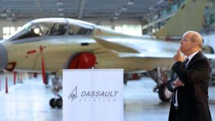 Le ministre français de la Défense, Jean-Yves Le Drian, devant des Rafale à l'usine Dassault aviation, en javier 2014.